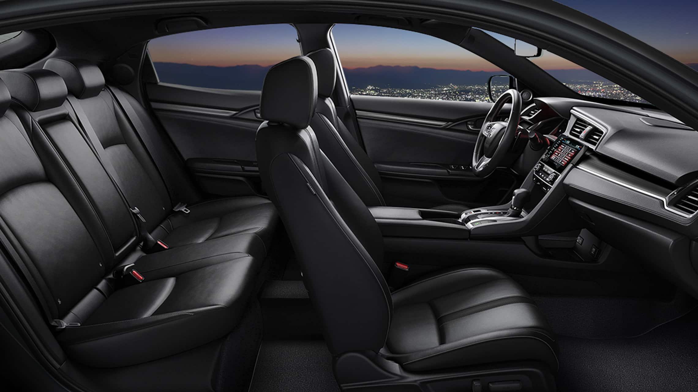 Vista de perfil del interior desde el lado del pasajero del Honda Civic Sport Touring Hatchback 2021 con cuero Black.