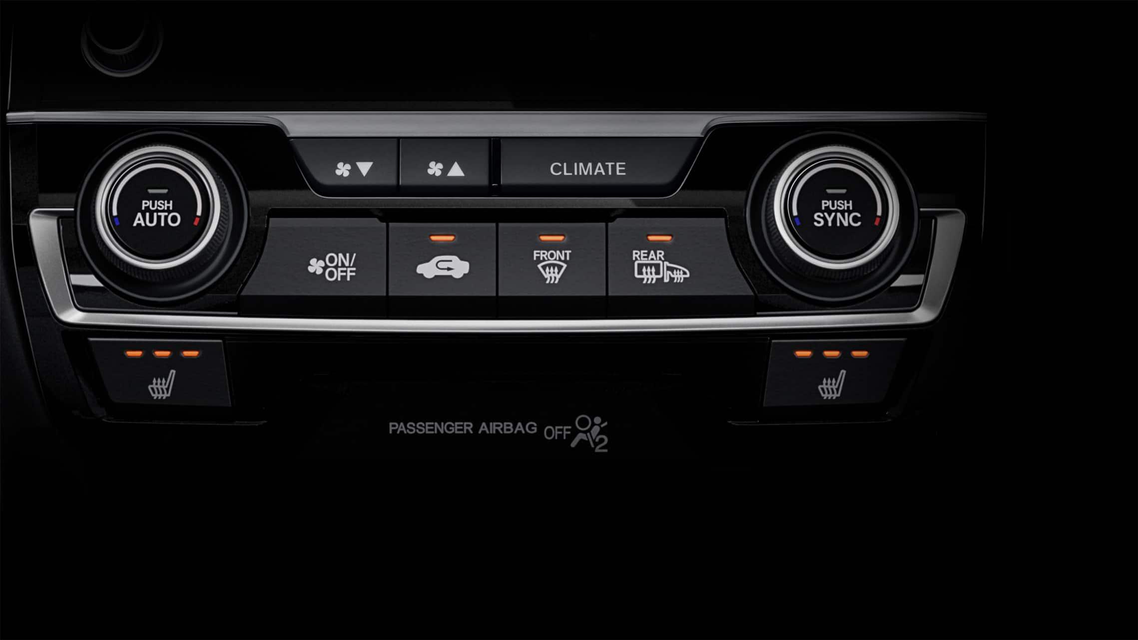 Detalle de controles de asientos calefaccionados en el Honda Civic Sport Touring Hatchback2021.