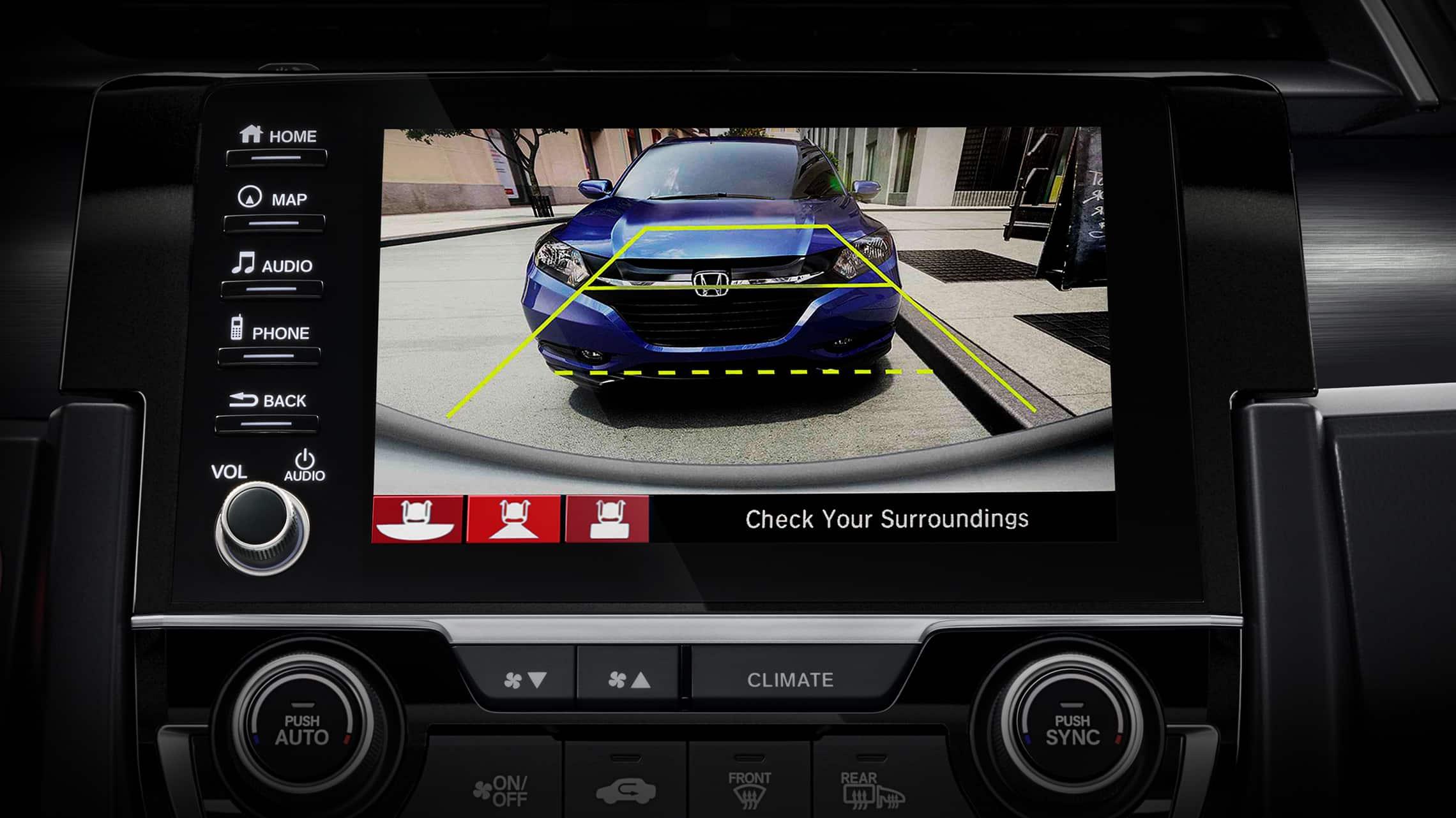 Detalle de la pantalla de la cámara de visión trasera multiángulo en el sistema de audio en pantalla táctil del Honda Civic Sport Touring Hatchback 2021.