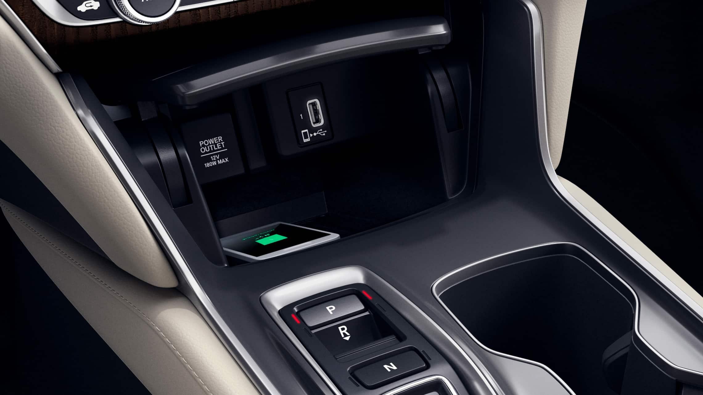 Detalle del cargador de teléfono inalámbrico en el Honda Accord Touring2.0T2021 con Ivory Leather.