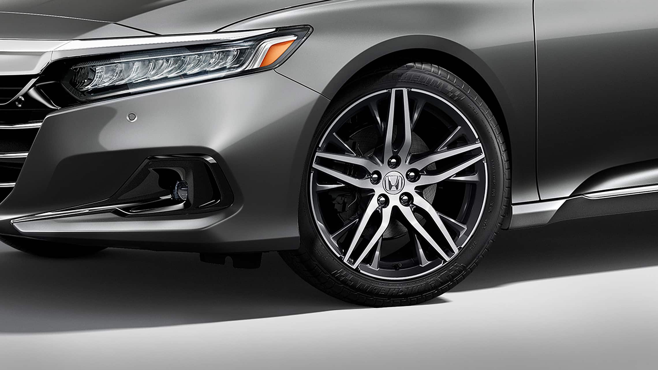 Detalle de la rueda de aleación de 19pulgadas en el Honda Accord Touring2.0T2021 en Modern Steel Metallic.