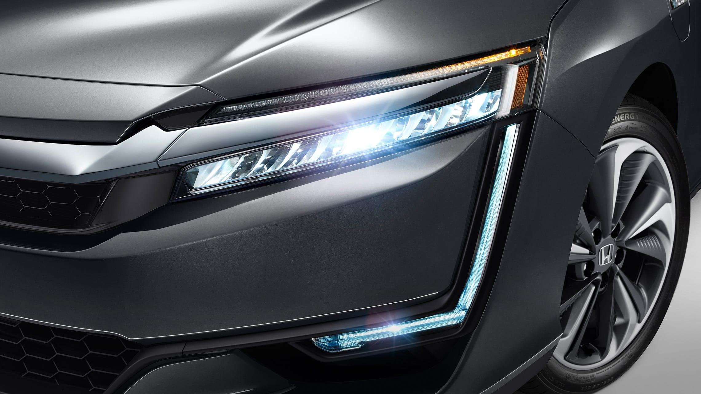 Detalle de las luces delanteras de LED y DRL del Clarity Plug-In Hybrid2021 en Modern Steel Metallic.