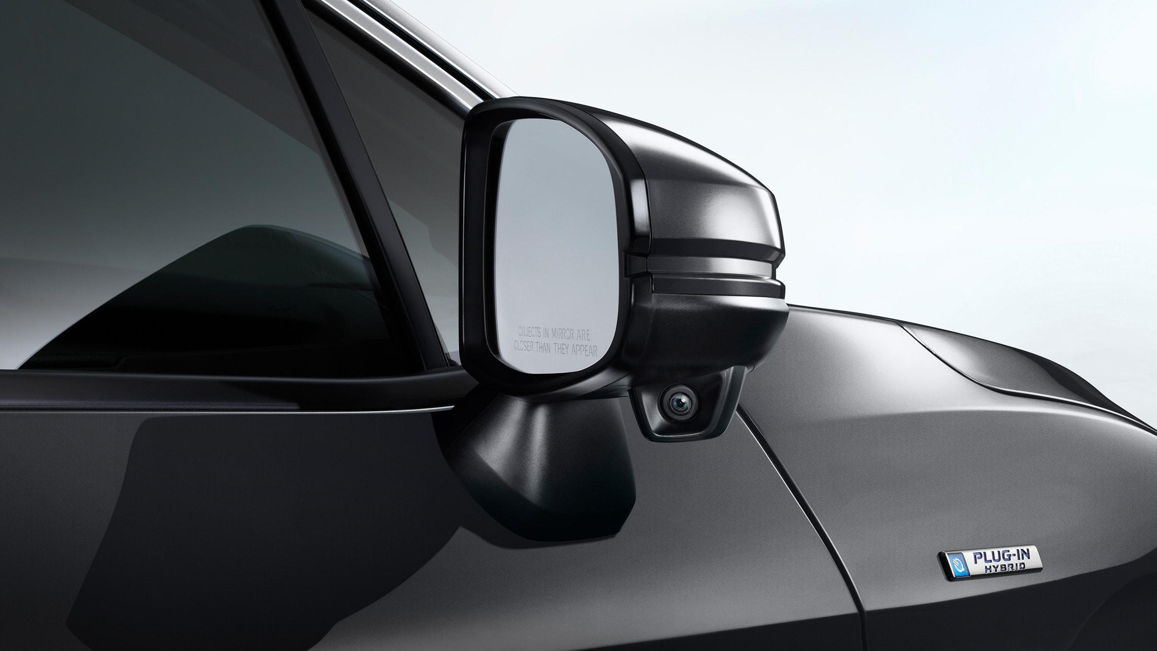 Detalle de la cámara en el espejo del lado del pasajero Honda LaneWatch™.